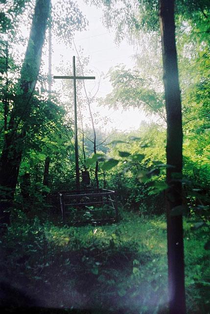 Stacja kolejowa Rożki k. Radomia. Krzyż na miejscu pochówku straconych na stacji Rożki (czy dzisiaj istnieje?). Fotografia ok. 2007: Edward Tylman.