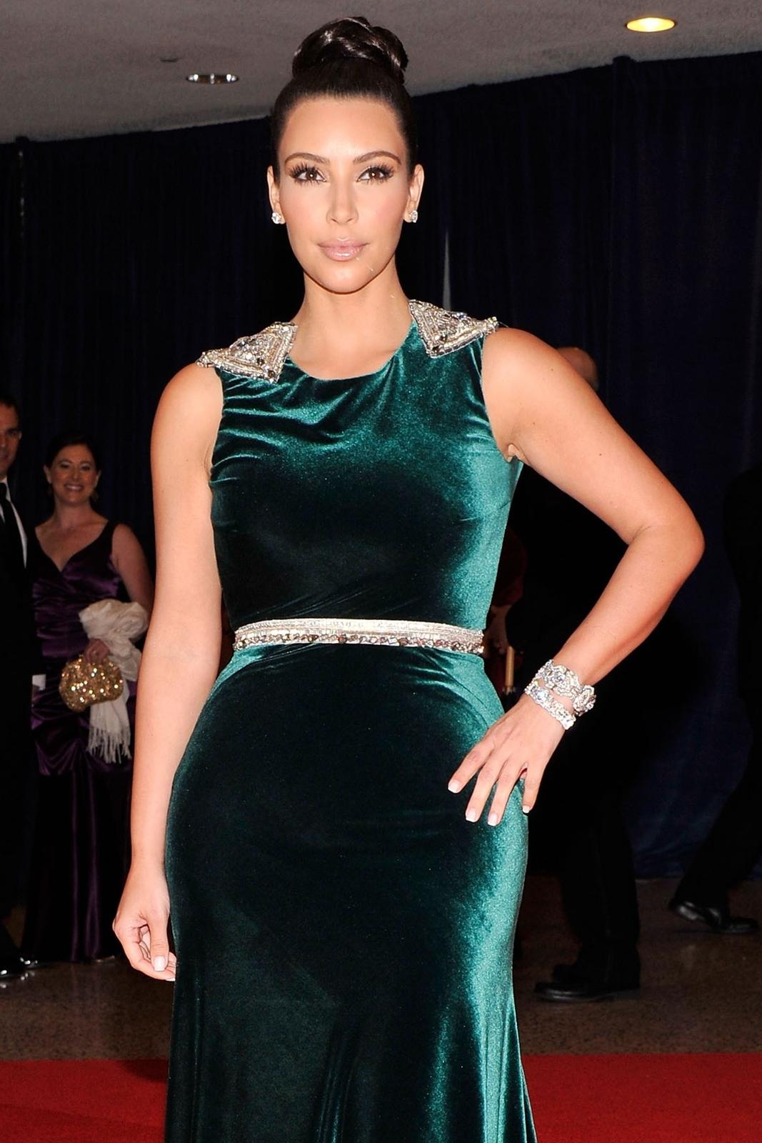 http://1.bp.blogspot.com/-ChMXY54mJfg/T-q9Kn12sTI/AAAAAAAAT7E/qq5iReLcAag/s1600/splogeblog_kim_kardashian_ballgown_ass_03%252B-%252BCopy.jpg