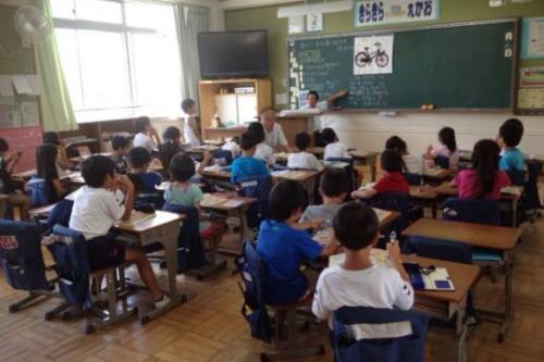 Suasana kelas dalam proses kegiatan belajar SD di Jepang.
