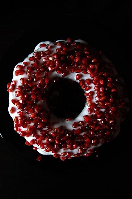 25 dicembre 2013: pomegranate and chocolate bundt cake.
