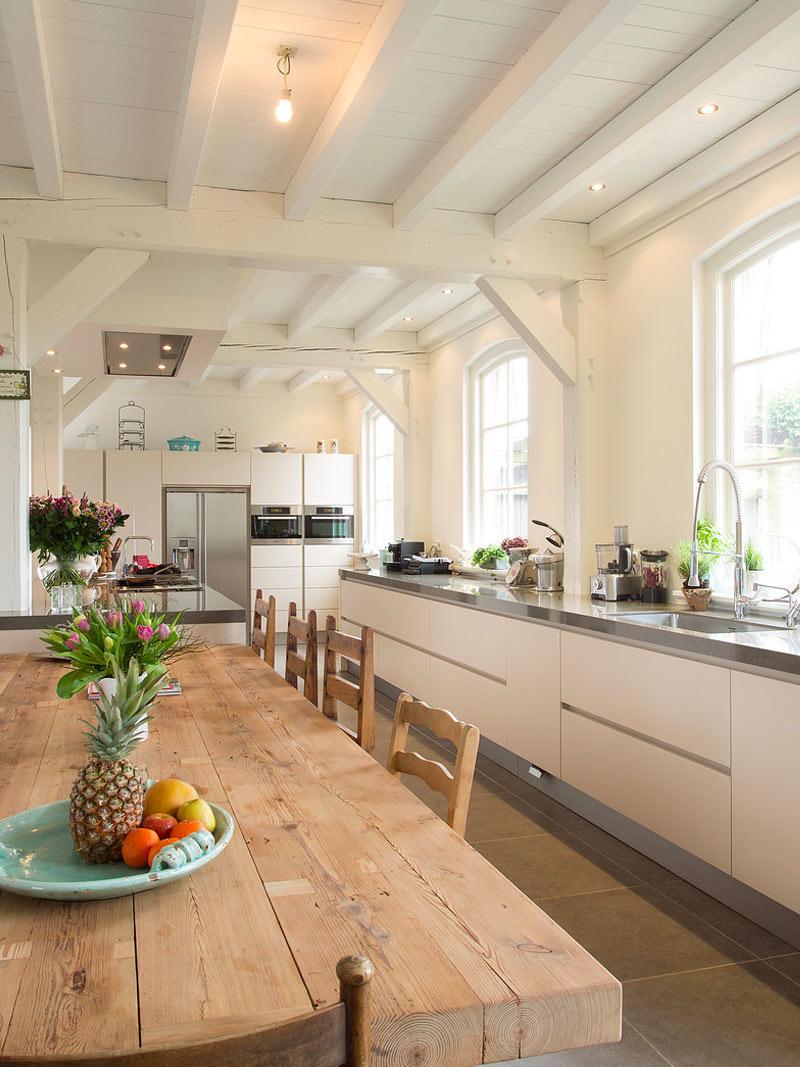 Een moderne keuken - wit, greeploos en met roestvrijstalen elementen ...