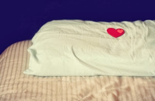 un coeur déposer sur un oreiller