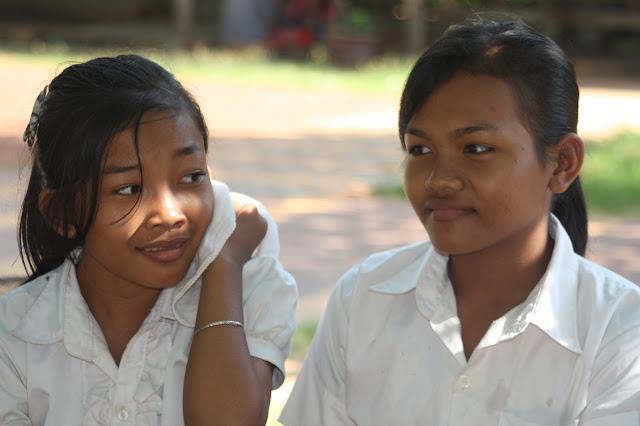 Série de clichés pris à l'occasion d'un tournage à Siem Reap autour de l'ONG Cambodia 2000. Ces enfants sont pris en charge et scolarisés par au sein du centre Little Angels, soutenu par l'association de la princesse Norodom Veasna Diva Sirivudh