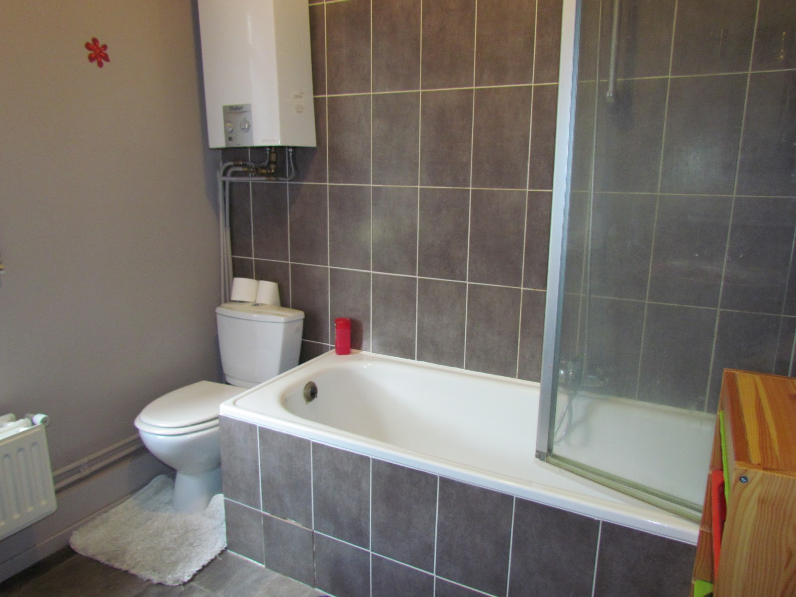 Rustig gelegen, ruime en instapklare rijwoning: Badkamer met ligbad ...