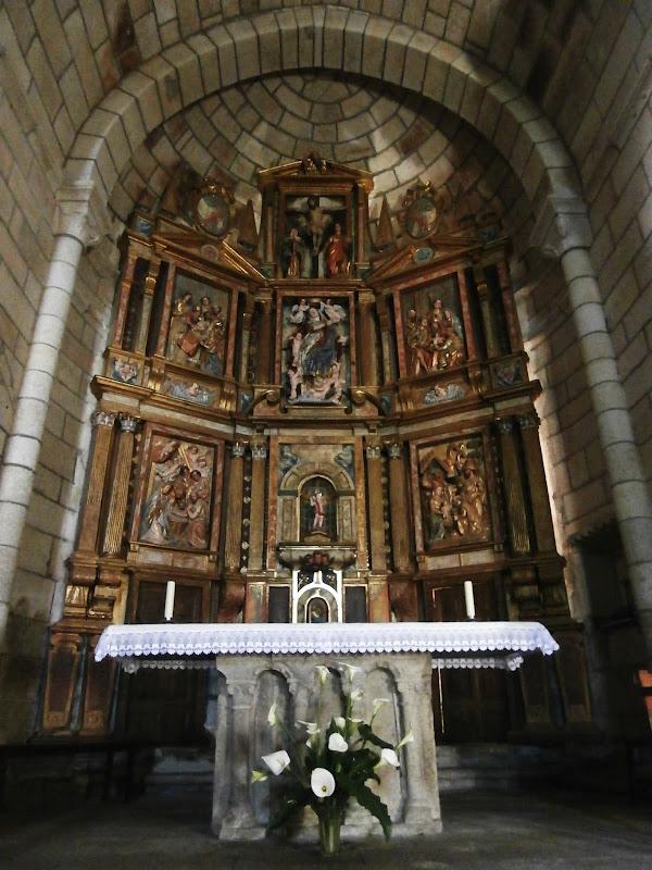 1000 lugares en galicia monasterio de santa mar a de for Interior iglesia romanica