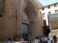 El carrer Escassany amb la segona porta de l'església de Sant Miquel de Cardona
