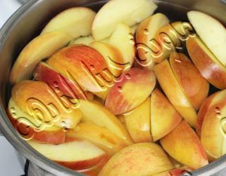 نقطع التفاح قطع حتى نقوم بتخزين التفاح فى الديب فريزر