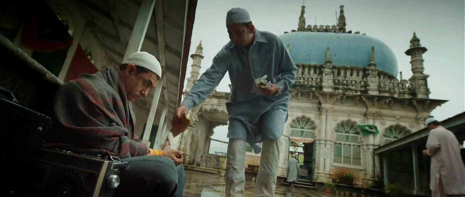Peekay beristirahat di pelataran masjid kota India