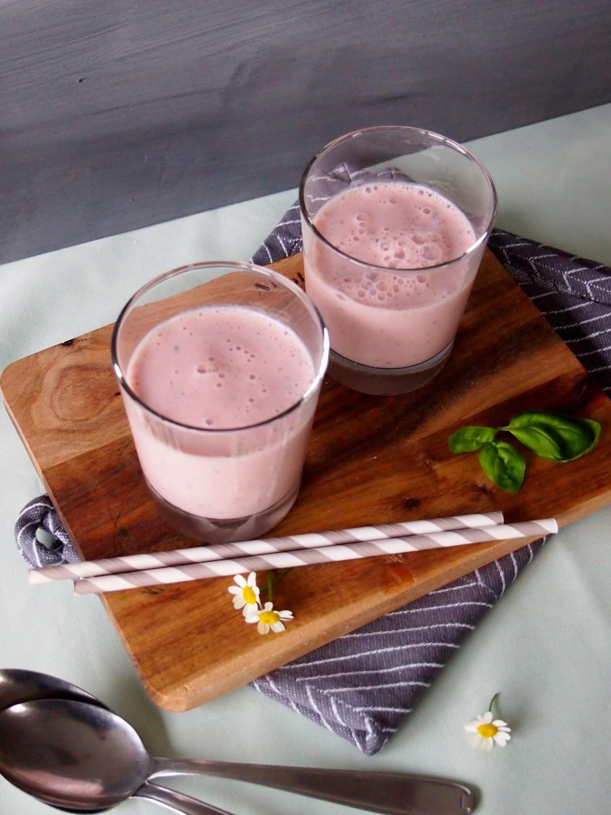 diezuckerb ckerei erdbeer smoothie mit basilikum. Black Bedroom Furniture Sets. Home Design Ideas