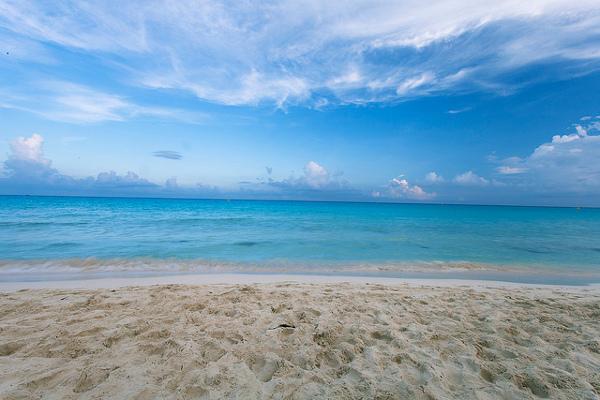 Blick vom weissen Sandstrand auf das türkise Meer