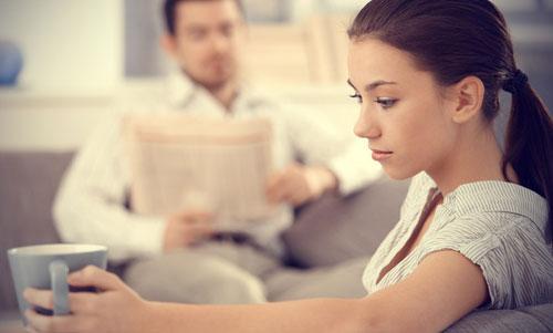 عادات تكرهها الزوجة فى زوجها - رجل مشغول - امرأة حزينة مهمومة - busy man - sad depressed woman