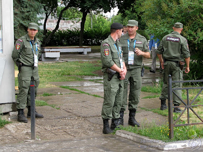 Сотрудники спецподразделения полиции на финише эстафеты огня Универсиады