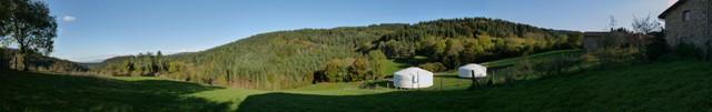 panorama d'une vue sur les yourtes à louer et la forêt