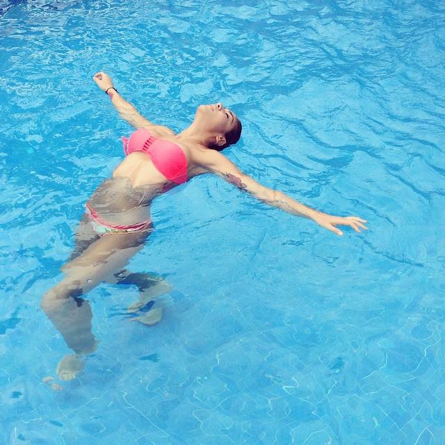 Erika Fernandez en piscina