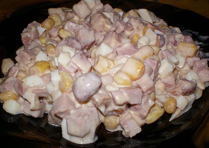Салат из фасоли с сухарями