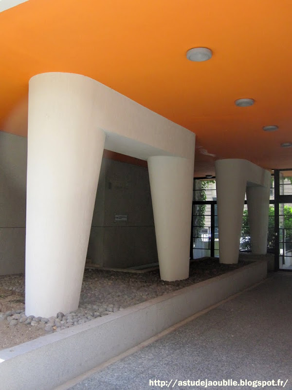 Paris 16eme -  Immeuble de logements  Architectes Jean Ginsberg et Georges Massé.  Construction:  1951-1956  Composition murale et sculpture: André Bloc.