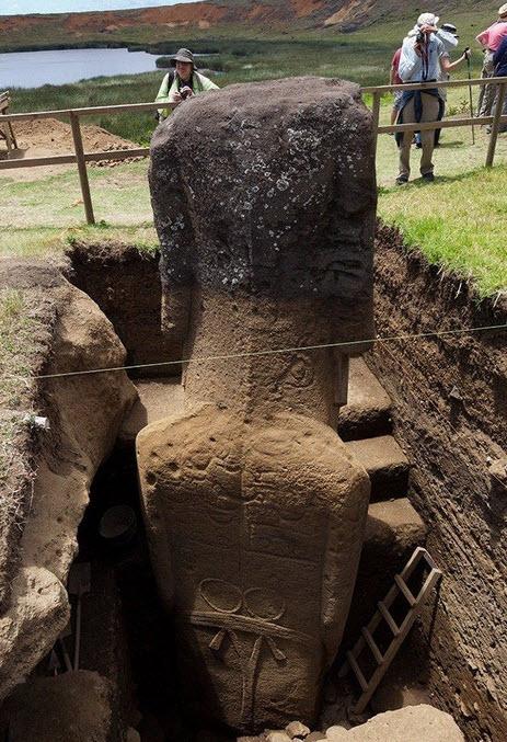 Los cuerpos enterrados de los moai en la Isla de Pascua