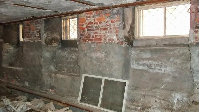 Дом окнами под землю
