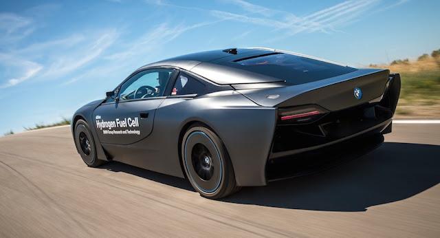 映画で悪役が乗っていそうなデザインのBMW i8のFCVテスト車両を公開。
