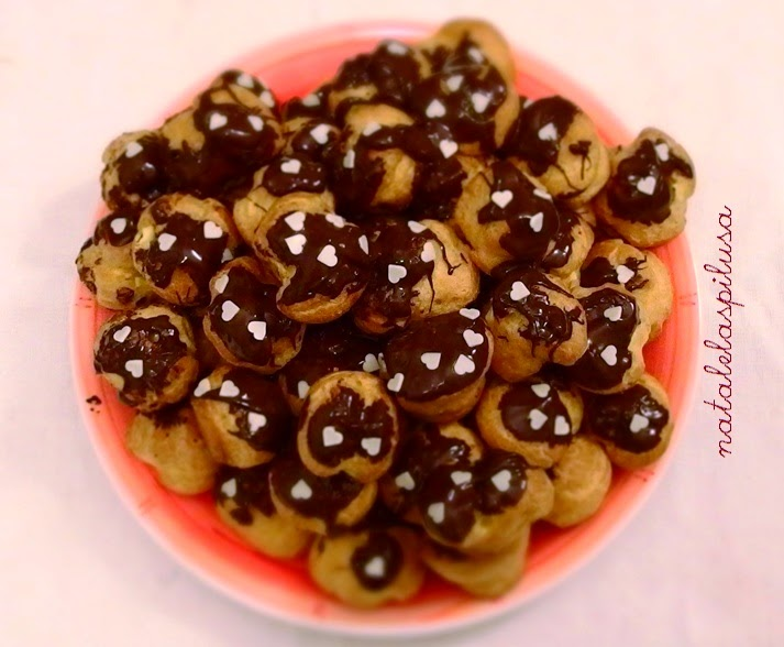 Bignè profiteroles con crema alla vaniglia e cioccolato fondente