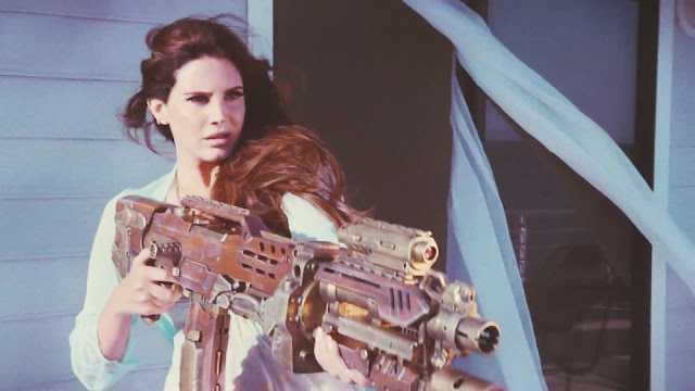 Lana Del Rey revela nuevo título de canción, y no le da importancia al error de Billboard.