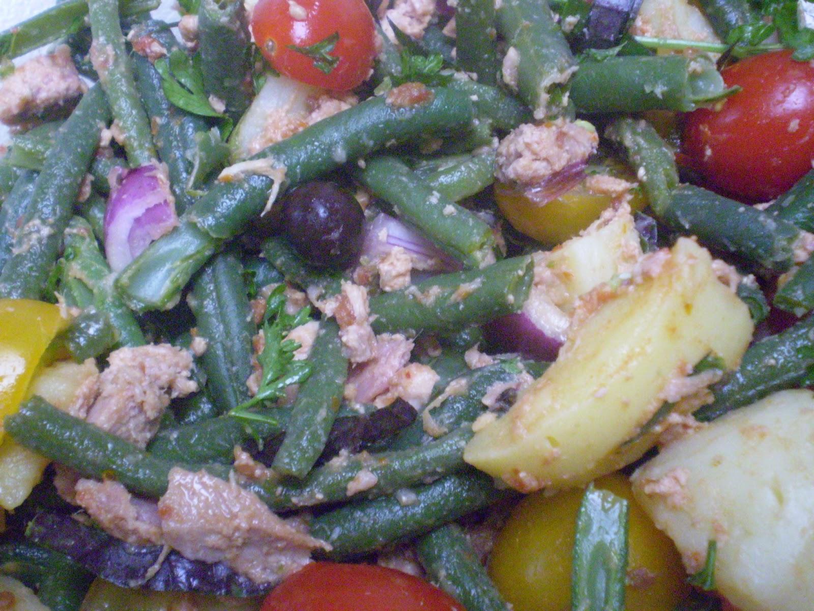 Salade de pomme de terre nouvelle au thon, haricots verts tomate et picholine, vinagrette à l'anchois et tomate