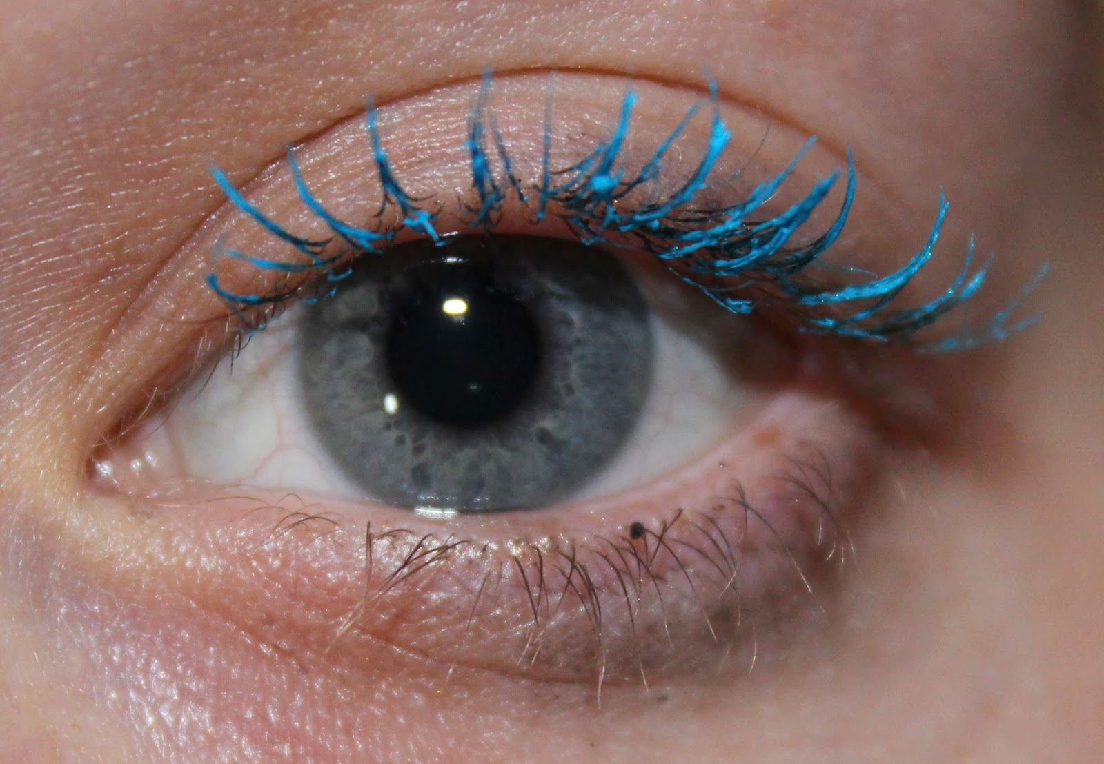 L'Oreal Miss Manga Mascara in Turquoise on lashes