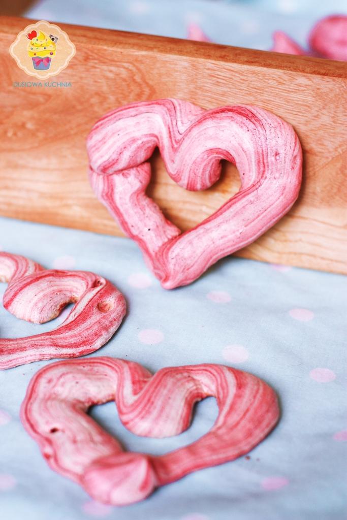 bezy serduszka, beziki, beziki serca, bezy w kształcie serca, przepis na bezy, bezowe serduszka