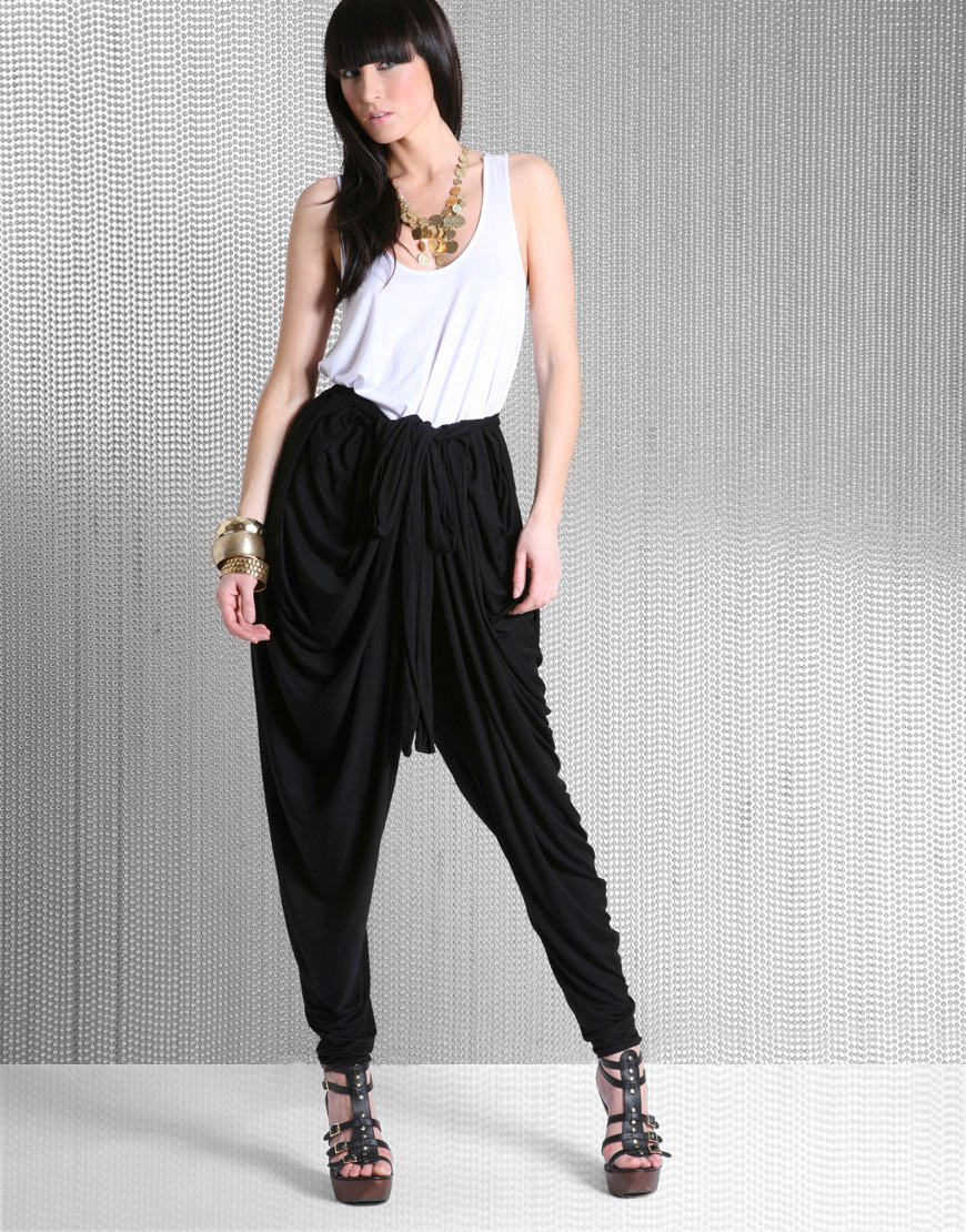 Edit Article How to Wear Harem Pants. Four Methods: Buying a Great Pair Choosing the Right Top Wearing Harem Pants for Different Occasions Picking the Shoes Community Q&A Harem pants are an upcoming fashion trend. They're billowy, sensuous and they create a sense of breadth.