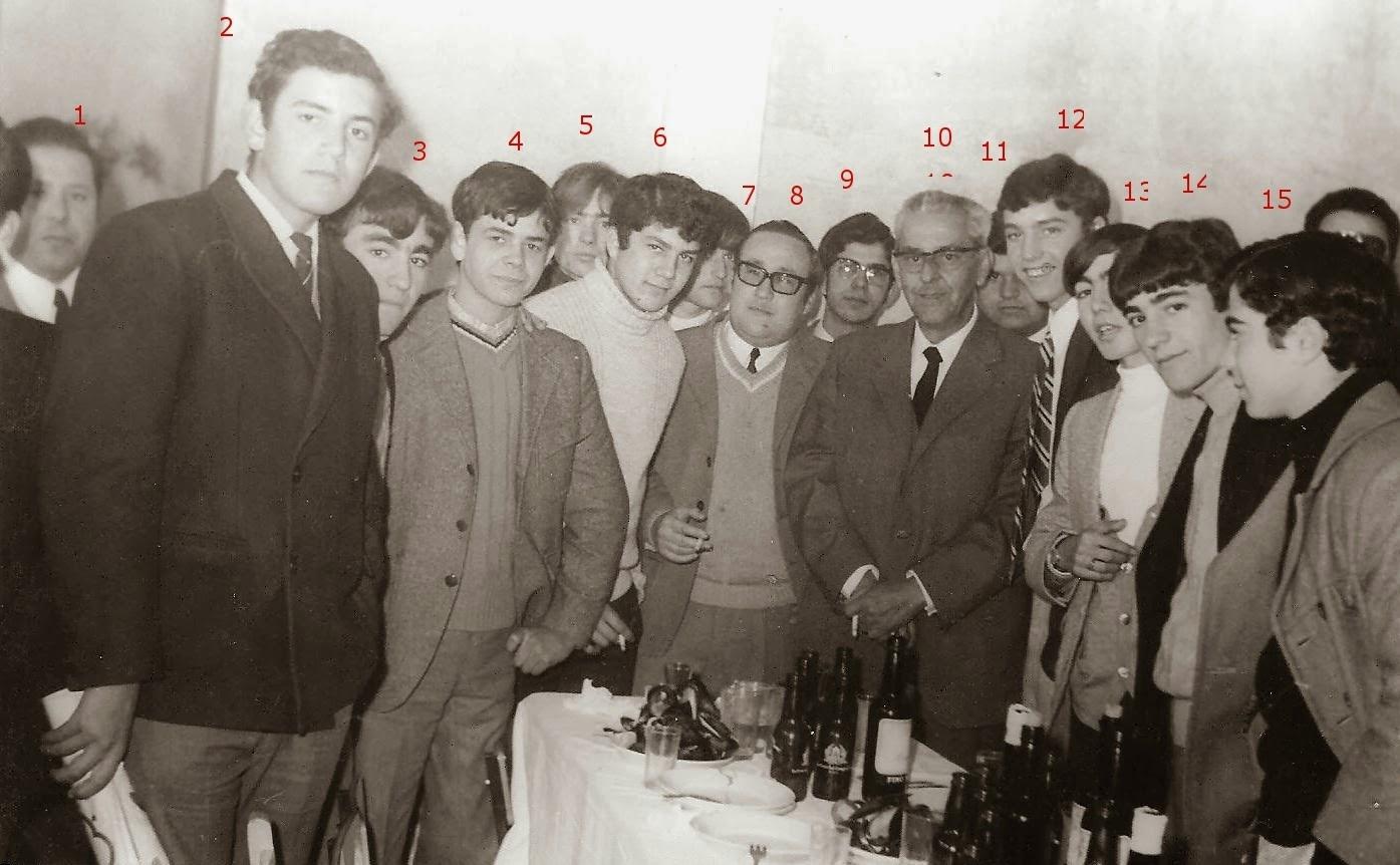 D. ENRIQUE CON ALUMNOS DIA DEL HOMENAJE 27-12-1970