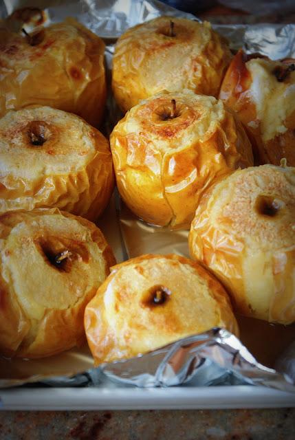 pieczone jabłka z cynamonem, jabłka, cynamon, kardamon