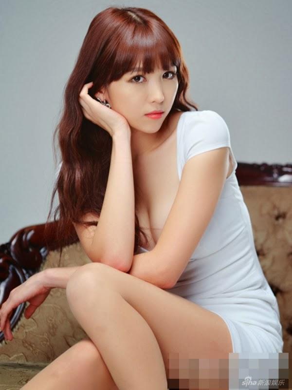 Người mẫu Hàn khoe chân dài trắng xinh