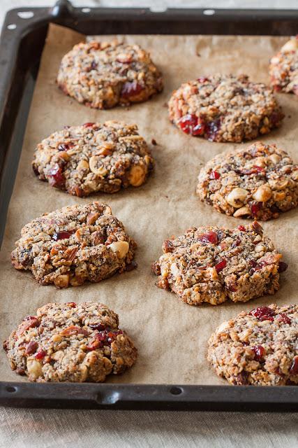 Zdravi domaći granola keks sa pahuljicama, orašastim plodovima i suvim voćem
