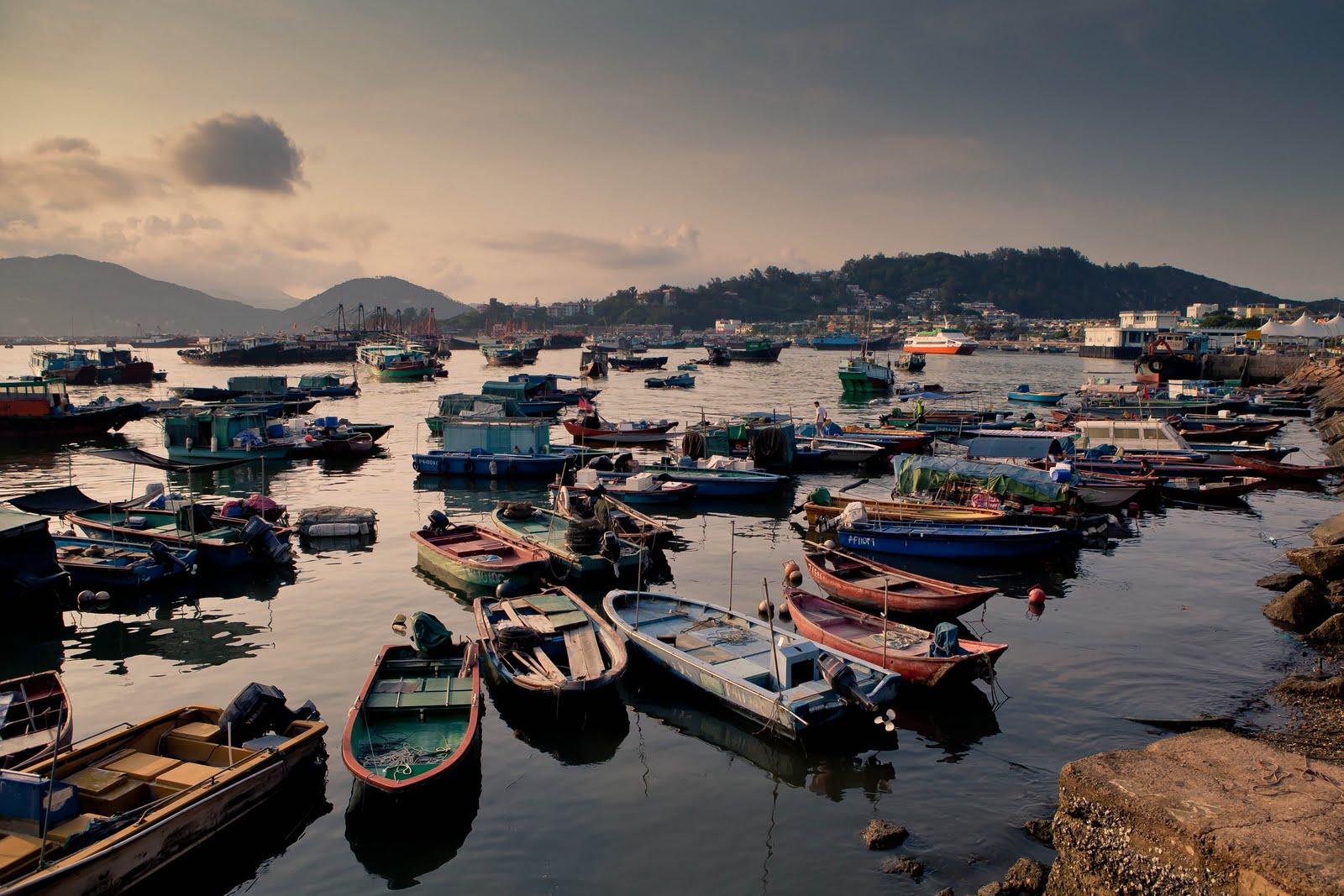 cheung chau Cheung chau is a beautiful, fascinating south china sea island, in western hong kong 長洲,它是一個美麗、迷人的小島,位於香港的西南面。.