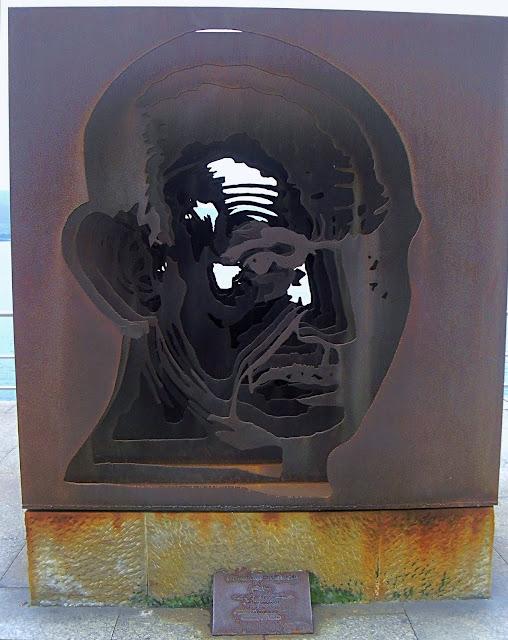 Escultura homenaje al poeta Jose Hierro