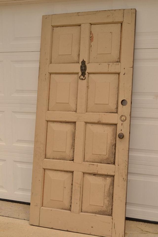 Porta de demolição usada como cabeceira de cama