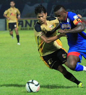 Arema Indonesia Vs Mitra Kukar - ISL 2013