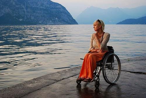 Cadeirante a beira mar