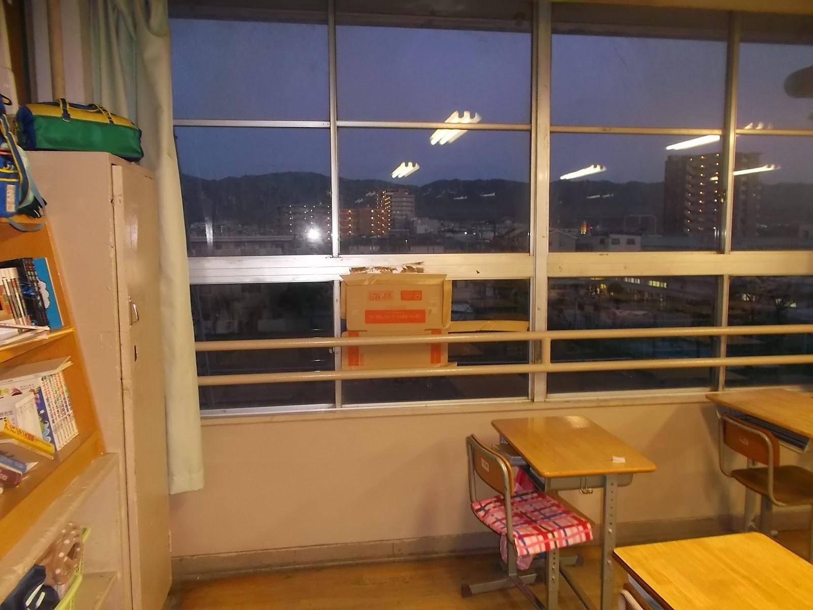 教室窓 ガラスわれ画像