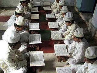 Gambar Amalan Sunnah yaitu Memperbanyak Tadarus Al-Qur'an di Bulan ramadhan