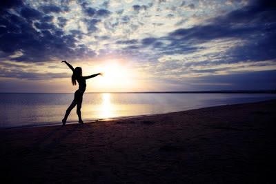 Foto de Mujer ejercitando en la playa
