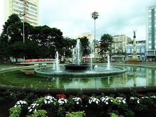 Praça Dante Alighieri, Caxias do Sul. Chafariz central com pequeno lago circular ao redor.