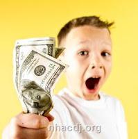 Menino feliz com dinheiro na mão