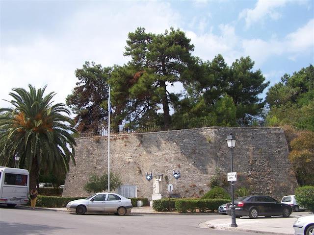 Preveza; Tepedelenli Ali Paşa'nın yazıtının bulunduğu sur parçası
