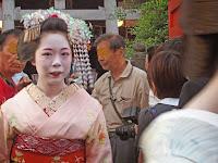 神社から出てきた駒子さんと目が合った!