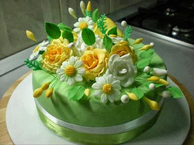 Tarta con flores blancas y amarillas