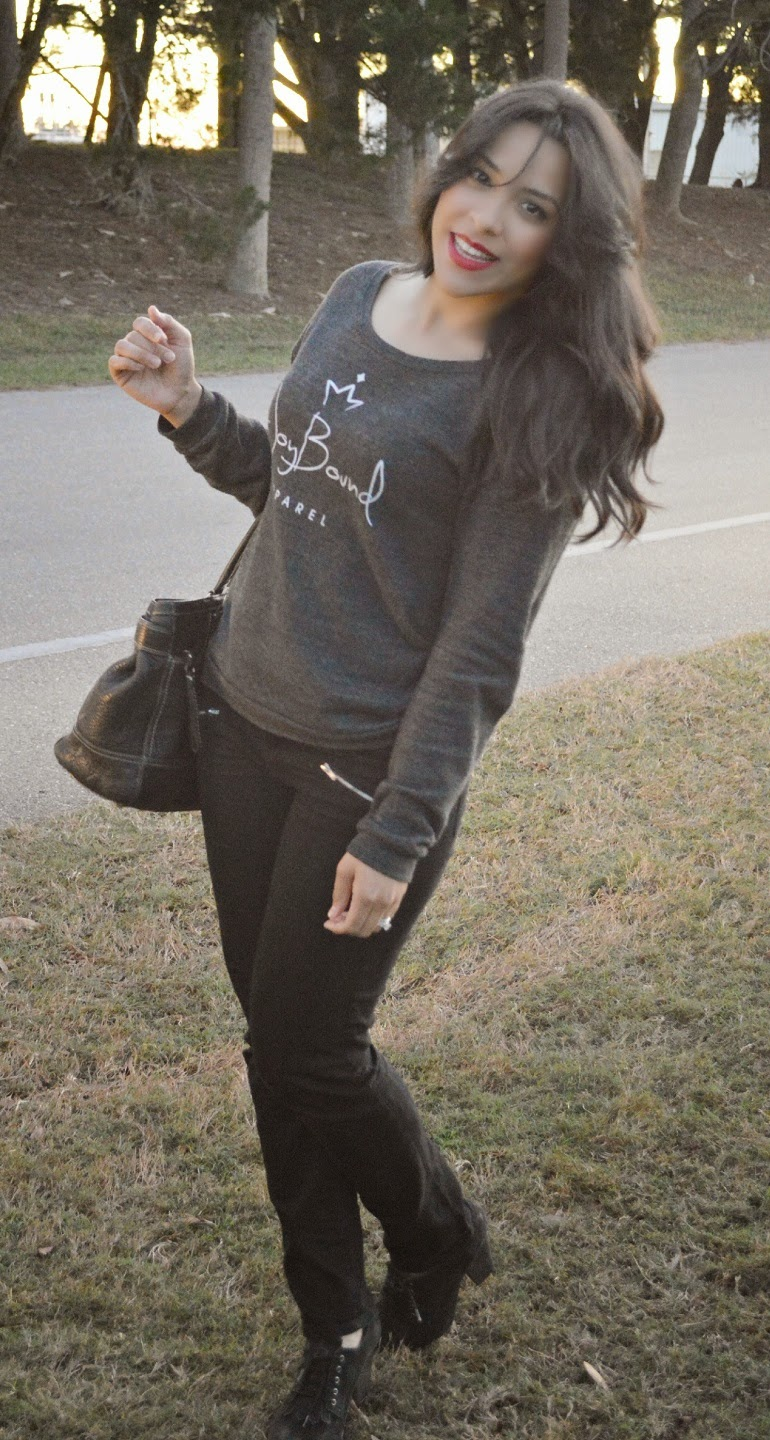 graphic sweatshirt with skinny jeans and loose waves