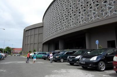 Area parkir dalam Museum Tsunami / foto darirantau.blogspot.com