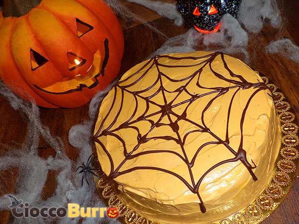 torta arancione di halloween con ragnatela