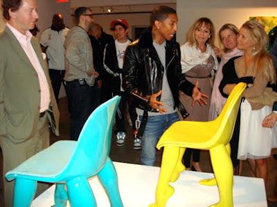 Escultura de sillas